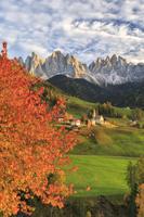 イタリア 紅葉するマグレダナ村