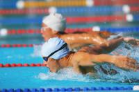 バタフライをする男子競泳選手