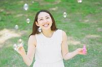 シャボン玉で遊ぶ日本人女性