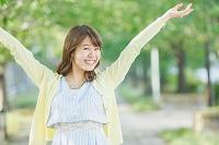 両手を広げる日本人女性
