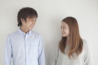 見つめ合う笑顔のカップル