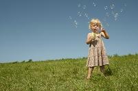 ドイツ バイエルン州 シャボン玉を吹く白人の女の子