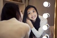 鏡に向かう20代女性