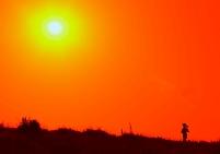 シルエットのランナーと太陽