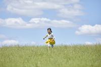 野原を走る日本人の女の子