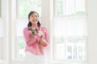 ヨークシャテリア 犬を抱いた女の子