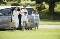 車で公園にピクニックに来た日本人家族