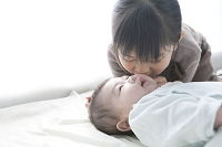 日本人の赤ちゃんと7歳の姉