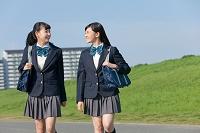 歩いている女子高校生