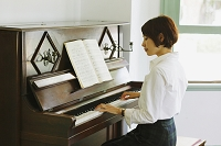 ピアノを弾いてる日本人女性