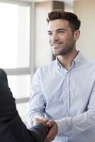 外国人男性と握手 ビジネスイメージ
