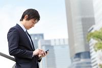 スマートフォンを操作しているビジネスマン