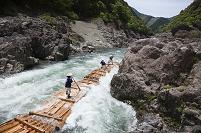 和歌山県 新緑の北山川の筏下り