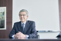 笑顔のシニアの日本人ビジネスマン