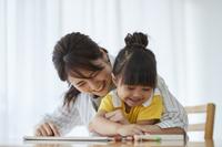 お絵描きして遊ぶ日本人親子