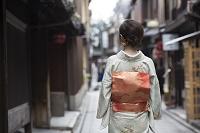 着物の日本人女性の後ろ姿