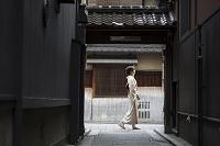祇園を歩く着物の日本人女性