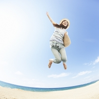 砂浜でジャンプする日本人女性