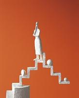 考える人形 階段 橙色