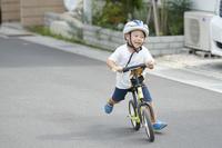 キックバイクに乗る日本人の男の子