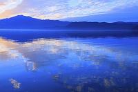 秋田県 田沢湖 湖面に映る朝焼け雲 朝方