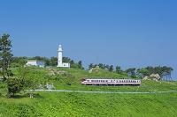 青森県 新緑の八戸線と鮫島灯台