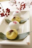 和菓子と赤い実