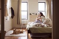 寝室で寛ぐ女性