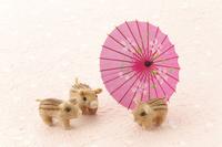 フェルト製のウリボウと和傘