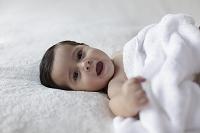 ブランケットの上の裸の赤ちゃん