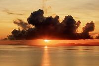 沖縄県 西表島より朝焼けの海と石垣島と朝日 崎田橋にて 西表島