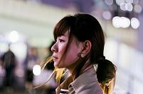 夜の街の日本人女性