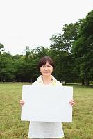 ホワイトボードを持つシニア日本人女性