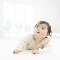 うつ伏せに寝転ぶ日本人の赤ちゃん