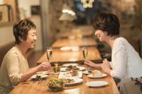 レストランで食事をする日本人母娘