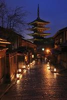 京都府 東山花灯路 雨の八坂道と八坂の塔