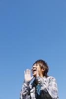 叫ぶ日本人男性
