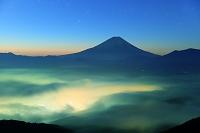 山梨県 櫛形林道 未明の富士山と雲海の山並み