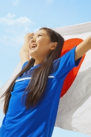 日本国旗を持つサッカー少女