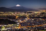静岡市の街並みと富士山の夜景