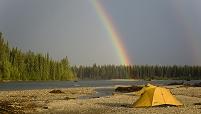 カナダ リアード川沿いのテントと虹