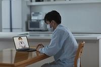 オンライン診療を受ける日本人の男性