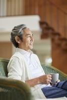 ソファで寛ぐ中年日本人男性