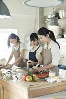 お菓子作りをする20代女性