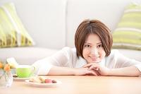 部屋でくつろぐ笑顔の日本人女性