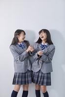 大笑いする女子中学生