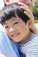 抱きしめあう日本人親子