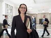 笑顔の外国人女性弁護士