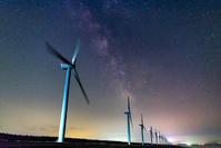 秋田県 釜谷浜 風力発電と天の川