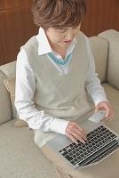 ノートパソコンを操作する日本人のシニア女性